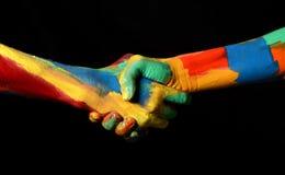 Жест руки тряся масла покрасил концепцию разнообразия рук Стоковое Фото