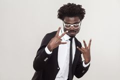 Жест удара, холодный поет пальцы Африканский человек показывая пальцы Стоковые Изображения RF