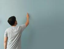 Жест чертежа человека с белым мелом на доске или стене Стоковая Фотография RF