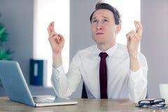 Желать бизнесмена пересекая его пальцы Стоковая Фотография RF