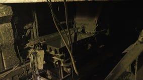 Железная вагонетка проходя на рельсы видеоматериал
