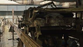 Железная вагонетка проходя на рельсы сток-видео