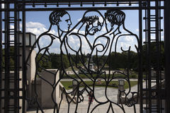 Железная дверь с людьми мышцы нагими внутри парка скульптуры Vigeland в Осло, Норвегии Стоковое Фото