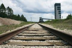 Железная дорога водя к предприятию шахты, перспективе на уровне земли Стоковые Изображения