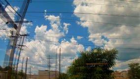 Железная дорога в движении на заходе солнца Железнодорожный вокзал с влиянием нерезкости движения против красочного голубого неба акции видеоматериалы