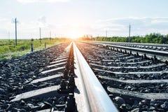 Железная дорога вдоль зеленых полей и леса стоковые изображения rf