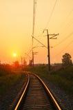 Железная дорога - железная дорога на заходе солнца с солнцем Стоковая Фотография RF