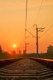 Железная дорога - железная дорога на заходе солнца с солнцем Стоковое Фото