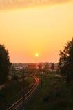 Железная дорога - железная дорога на заходе солнца с солнцем Стоковая Фотография