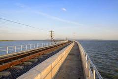 Железная дорога или железная дорога вдоль озера Стоковое Фото