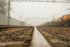 Железная дорога к безграничности Рельсовые автобусы в пасмурном дне в тумане Стоковая Фотография