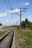 Железная дорога под голубым небом с облаками белизны Стоковое Изображение