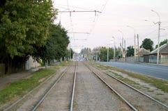 Железная дорога с белыми маркировками на улице города Стоковые Фотографии RF