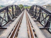 Железная дорога тренирует след на мосте металла с рекой и небом Стоковые Фотографии RF