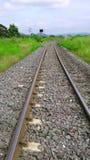 Железная дорога через железную дорогу поля до поле Saraburi Стоковые Фотографии RF