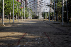 Железная прихожая трубопровода в предпосылке парка путем строить стоковое изображение