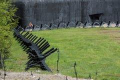 Железная противотанковая загородка на поле брани стоковые изображения rf