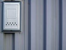 Железная смертная казнь через повешение почтового ящика на загородке металла Стоковые Изображения RF