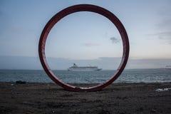 Железная структура круга около Рекы Tagus в Лиссабоне Стоковое Изображение