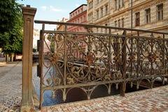 Железная часть моста. Karlovy меняет. стоковые фотографии rf