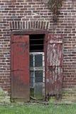Железное стеклянное деревянное окно кирпича вертикально Стоковая Фотография