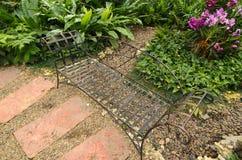 Железное banch в саде с садами Стоковые Фотографии RF