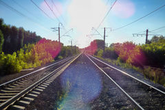 2 железной дороги симметрично отступая к горизонту Стоковые Изображения