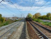 2 железной дороги с двигать тренируют отступать к горизонту Стоковое Фото
