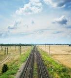 2 железной дороги с скрещиванием под драматическим небом Стоковые Фотографии RF
