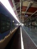 Железнодорожная платформа во времени дня стоковые фотографии rf