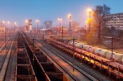 Железнодорожная станция поезда freigt груза на сумраке Стоковое фото RF