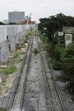 2 железнодорожного пути приближают к скоростной дороге Стоковое Фото