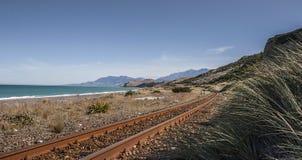 Железнодорожные пути вдоль береговой линии Стоковое Изображение RF