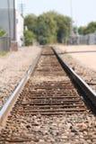 Железнодорожные пути в сельском среднезападном городке Стоковое Фото