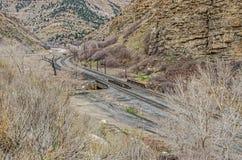 Железнодорожные пути изгибая далеко от дороги Стоковое Изображение RF