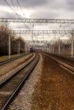 Железнодорожные пути идут fog стоковые изображения