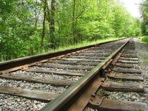 Железнодорожные пути на летний день стоковые фотографии rf