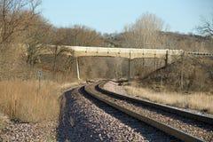 Железнодорожные пути под мостом Стоковые Фото