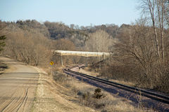 Железнодорожные пути под мостом Стоковые Изображения