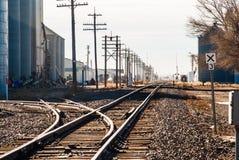 Железнодорожные пути через маленький город Стоковое Изображение RF