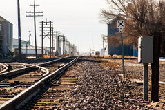 Железнодорожные пути через маленький город Стоковые Изображения RF