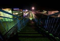 Железнодорожный вокзал в Buzuluk, России - 29-ое сентября 2010. Железная дорога и поезд. Стоковое Изображение RF