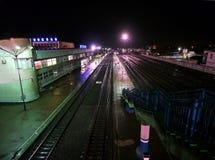 Железнодорожный вокзал в Buzuluk, России - 29-ое сентября 2010. Железная дорога и поезд. Стоковое Изображение