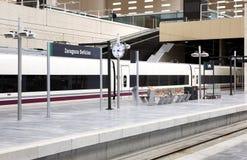 Железнодорожный вокзал с быстроходным поездом Стоковая Фотография