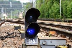 Железнодорожный вызванный семафор, светами сини карлика Стоковое Фото