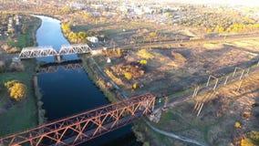 Железнодорожный мост, красивый вид от высоты на железнодорожном мосте, снимая трутня летая над рекой с взглядом сток-видео