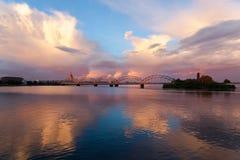 Железнодорожный мост на заходе солнца, Рига, Латвия Стоковые Фото