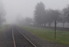 Железнодорожный путь в тумане Стоковая Фотография