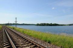 Железнодорожный путь по побережью озеро Стоковое фото RF