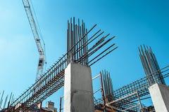 Железные каркасы здания под конструкцией, с краном башни на верхней части Стоковое Изображение RF